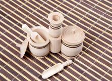 Double dispositif trembleur de sel en bois avec des cuillères images libres de droits