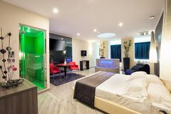 Double en-suite motel bedroom with shower stock images