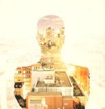 Double explosure avec la silhouette d'homme d'affaires et le gratte-ciel de ville photographie stock