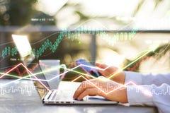 Double explosure avec le graphique de gestion et homme d'affaires avec l'ordinateur portable images libres de droits