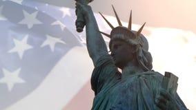 Double exposition avec l'ondulation américaine de drapeau et la statue de la liberté pour Memorial Day ou le Jour de la Déclarati banque de vidéos
