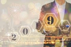 Double exposition d'écran tactile d'homme d'affaires avec l'année bienvenue images stock