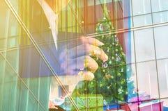 Double exposition d'homme d'affaires avec l'arbre et le boîte-cadeau de Noël Photographie stock