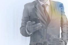 Double exposition d'homme d'affaires de succès utilisant le téléphone intelligent Photographie stock libre de droits