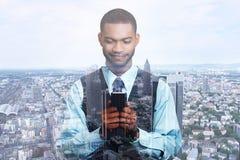 Double exposition d'homme d'affaires réussi heureux utilisant le service de mini-messages au téléphone intelligent images libres de droits