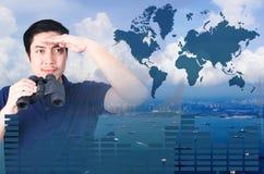 Double exposition d'investisseur asiatique avec des jumelles Au-dessus de la vue de paysage marin du graphique aérien et financie Images stock