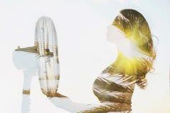 Double exposition d'un corps de fille avec une fan et un palmier photo stock