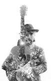 Double exposition d'un joueur de guitare beau et plus âgé avec le hippie Image stock