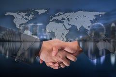 Double exposition d'une poignée de main d'homme d'affaires sur le monde Carto global Photos libres de droits