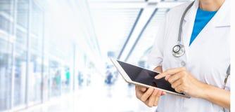Double exposition de docteur tenant le comprimé avec le stéthoscope image libre de droits