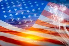 Double exposition de drapeau des Etats-Unis sur le ciel et le feu d'artifice de coucher du soleil images stock