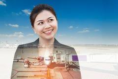 Double exposition de femme d'affaires pensant recherchant avec l'avion Image libre de droits