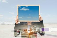 Double exposition de femme d'affaires tenant le conseil avec l'avion Photographie stock libre de droits