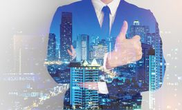 Double exposition de fond de ville d'homme d'affaires de succès confrim images libres de droits
