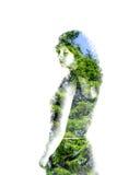 Double exposition de jeune belle fille parmi les feuilles et les arbres Le portrait de la dame attirante a combiné avec la photog images stock