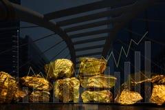 Double exposition de pile des pépites d'or avec le fond de ville et le graphique financier, concept d'affaires image libre de droits