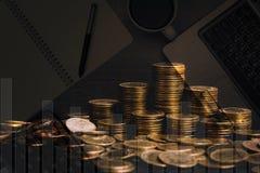 Double exposition de pile de pièce de monnaie avec les fournitures de bureau, colonnes de c Photo libre de droits