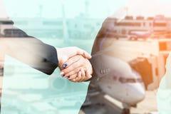 Double exposition de poignée de main d'hommes d'affaires avec l'avion Photos stock