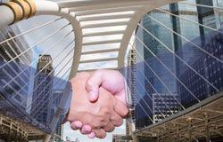 Double exposition de poignée de main et de ville Poignée de main et gens d'affaires de concepts Photo libre de droits