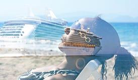 Double exposition de prendre un bain de soleil d'une jeune femme et d'un bateau de croisière Images libres de droits