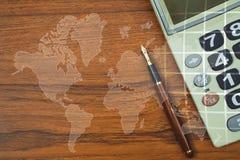 Double exposition de stylo de stylo-plume ou d'encre avec la calculatrice sur merci Photos stock