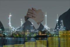 Double exposition des gens d'affaires saisissant des mains et des pièces d'or Image libre de droits