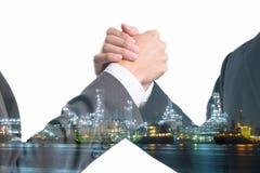 Double exposition des gens d'affaires saisissant des mains sur la centrale Photos stock