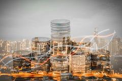 Double exposition des piles de graphique et de pièce de monnaie élevant des piles de croissance avec la ville moderne photographie stock