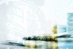 Double exposition des piles de pièces de monnaie et livre de comptes ou crédit Ca images libres de droits