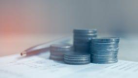 Double exposition des rangées des pièces de monnaie sur le livre de comptes Image libre de droits