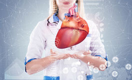 Double exposition Docteur tenant les organes humains et le x28 ; heart& x29 ; , fond gris Photographie stock libre de droits