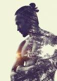 Double exposition : forêt musculaire de jeune homme et de pin Photo stock