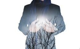 Double exposition, homme d'affaires avec les branches sèches contre le soleil, d'isolement sur le fond blanc Images stock