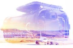Double exposition : housse de transport pour l'appareil-photo et un avion Concept d'affaires et de voyage Photographie stock libre de droits