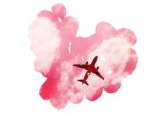 Double exposition : surfacez dans le ciel avec des nuages et des pétales roses sous la forme de coeur Photographie stock