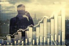 Double expplosure avec la silhouette d'homme d'affaires et le graphique de gestion Photo libre de droits