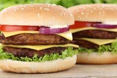 Double fin de plan rapproché d'hamburger d'hamburger de cheeseburger vers le haut de tomat de boeuf Photographie stock