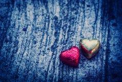 Double forme de coeur de chocolat sur le fond grunge avec le ligh bleu Image stock