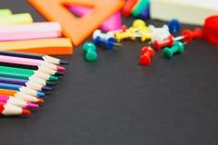 Double frontière de fournitures scolaires sur un fond de tableau Image libre de droits