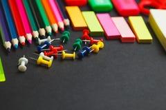 Double frontière de fournitures scolaires sur un fond de tableau Photo libre de droits