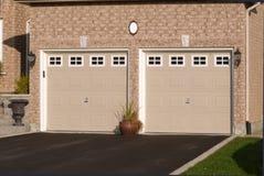 Double garage, attaché à une maison de brique Images stock