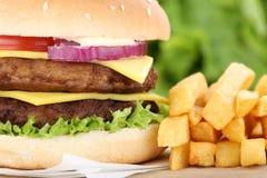 Double hamburger de cheeseburger avec la fin de plan rapproché de fritures vers le haut de la tomate Photos libres de droits
