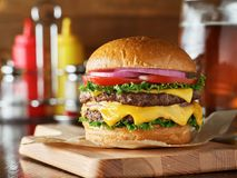 Double hamburger de fromage avec de la bière photos libres de droits