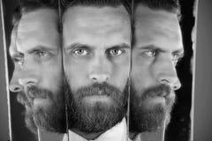 Double personnalité visage d'homme barbu sérieux de hippie, homme d'affaires se reflétant dans le miroir Photos stock