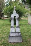 Double pierre tombale de marbre de colonne dans le vieux cimetière Photographie stock libre de droits