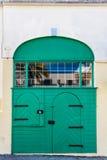 Double porte verte avec des arcades et la réflexion de fenêtre Images libres de droits