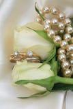 Double positionnement nuptiale sur les roses blanches Photographie stock libre de droits