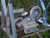 Double poulie de fer avec des insertions en caoutchouc dur, corde en acier de chemin de câble Construction galvanisée de fer Image libre de droits