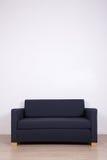 Double sofa dans la chambre au-dessus du mur blanc avec l'espace de copie Photos libres de droits