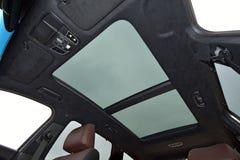 Double toit ouvrant panoramique dans une voiture de tourisme photos stock